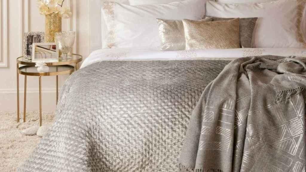 Dormitorio en tonos neutros y toques metalizados. | Foto: Zara Home.