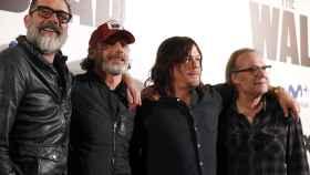 Los actores protagonistas de 'The Walking Dead' y el productor, en un acto en Madrid.