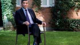Rafael Pardo posa para EL ESPAÑOL en el jardín de la Embajada de Colombia en Madrid.