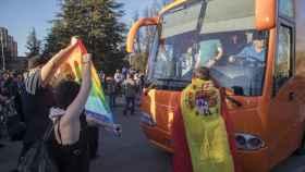 Manifestantes cerca del autobús de la organización ultracatólica
