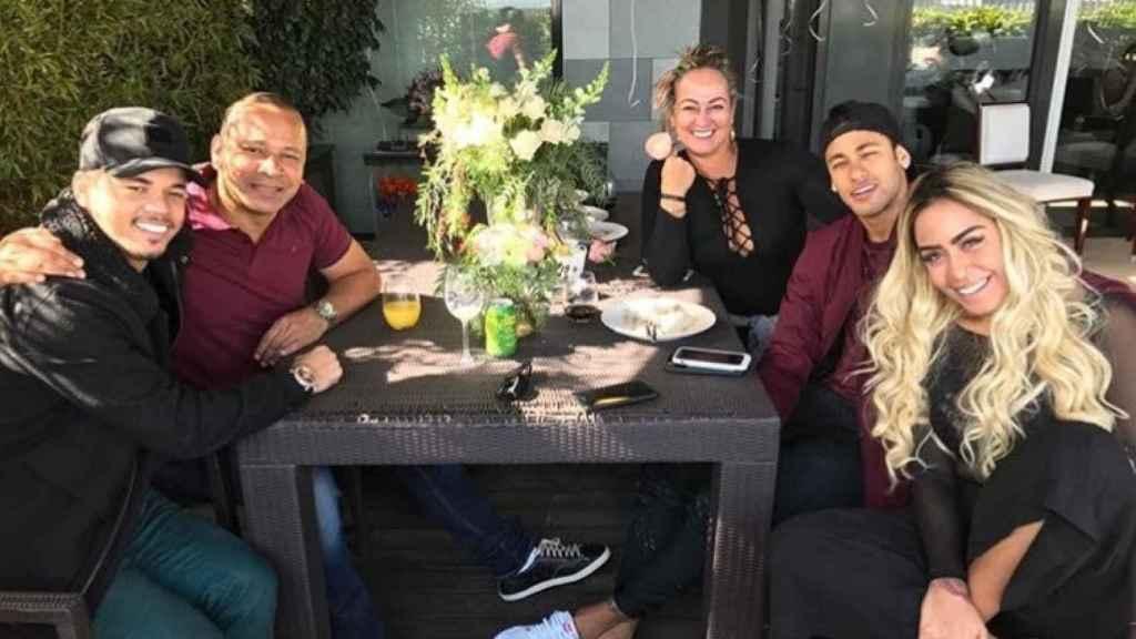 Neymar, con su hermana (a la derecha) y su padre entre otros.