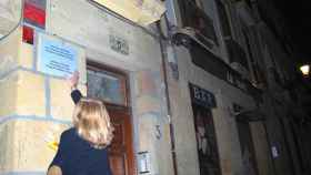 Consuelo Ordóñez, presidenta de Covite, coloca la placa que hace referencia a su hermano Gregorio, en San Sebastián.