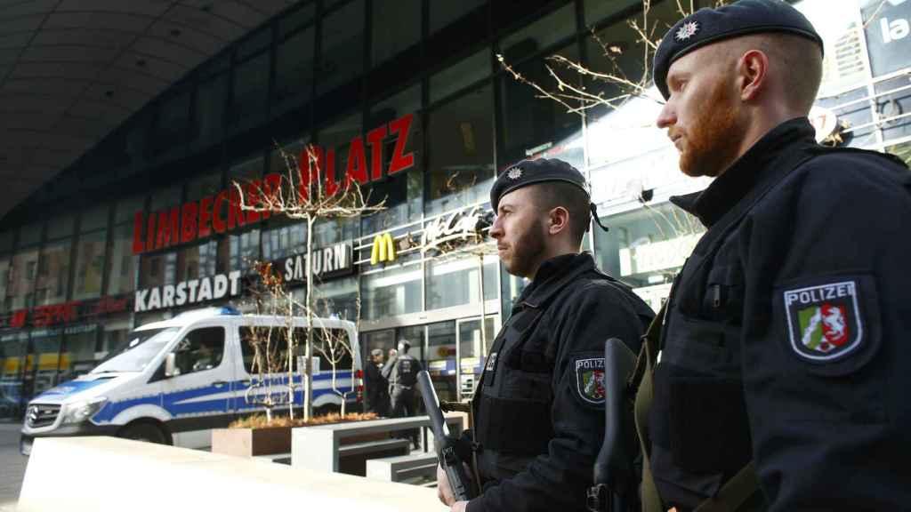 Dos agentes de la policía alemana, a las puertas del centro comercial de Essen.