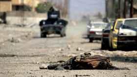 Una cadáver de un miembro del Estado Islámico en Mosul