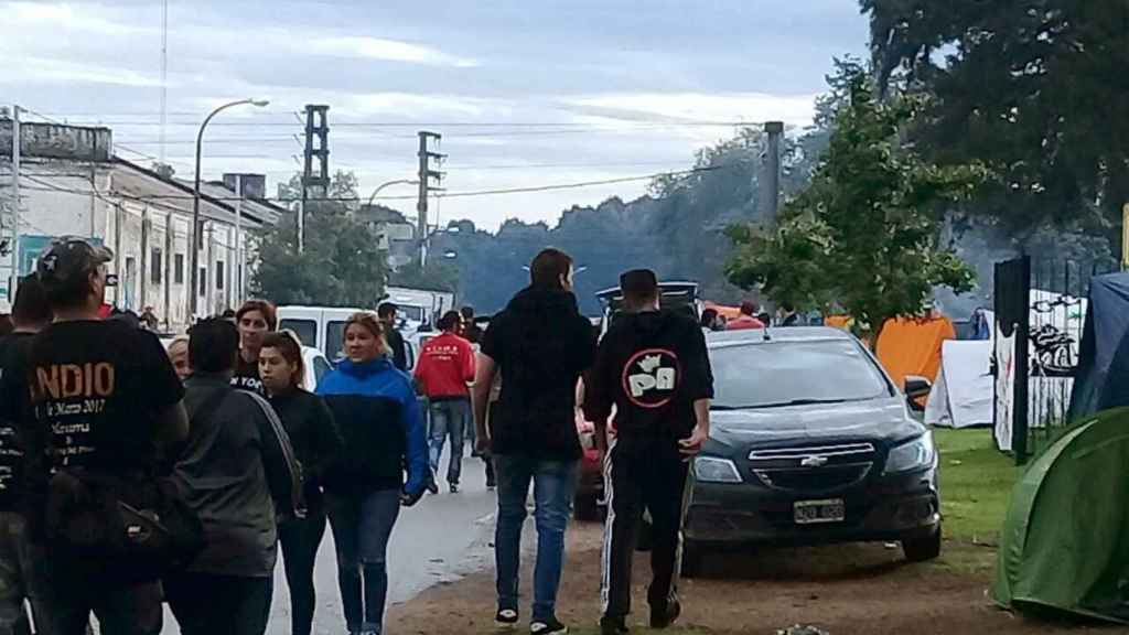 Llegada de jóvenes al concierto de Solari en la localidad argentina de Olavarría.