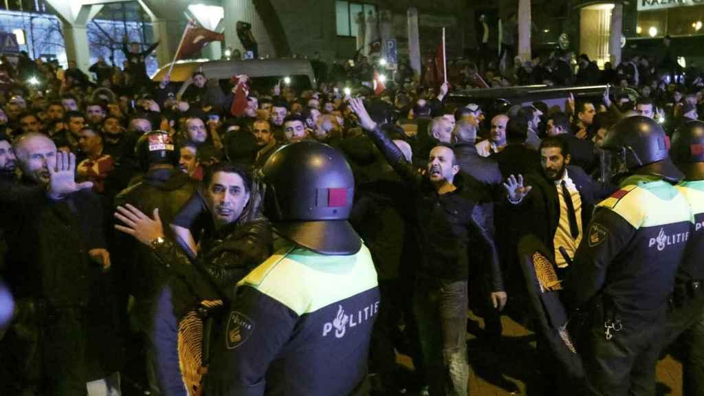 Tensión en la ciudad holandesa entre la Policía y manifestantes turcos.