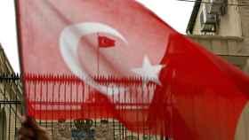 Imagen del consulado holandés en Estambul con la bandera turca ondeando.