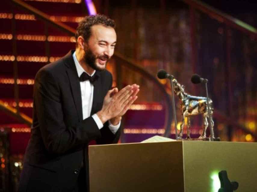El actor y presentador Nasrdin Dchar, con su galardón del festival de cine holandés.