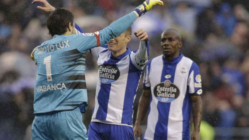 Los jugadores del Deportivo celebran su victoria contra el Barcelona.