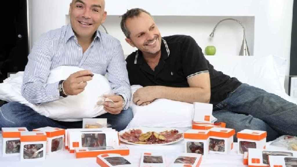 Enrique Sarasola y Miguel Bosé con los productos ibéricos.