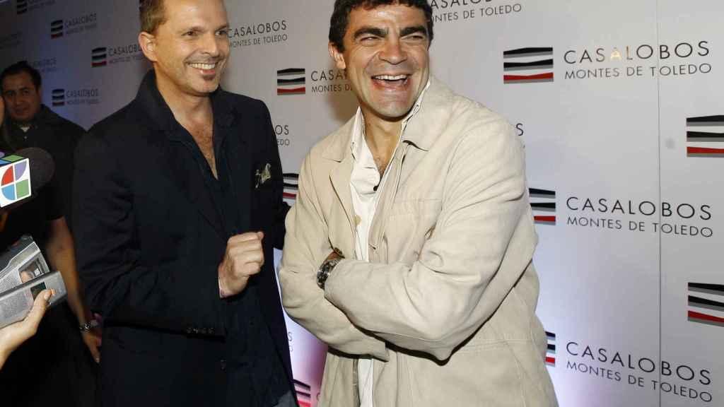 Miguel Bosé y Manolo Sanchís, en la presentación de una bodega, otro de los negocios que emprendieron juntos.