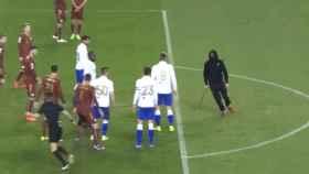 Momento en que el ultra de la Torcida Split trata de agredir al árbitro.