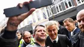 El líder del PVV Geert Wilders se fotografía con un militante, el viernes, en Heerlen (Holanda).