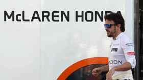 Fernando Alonso sale del box de McLaren en Montmeló.