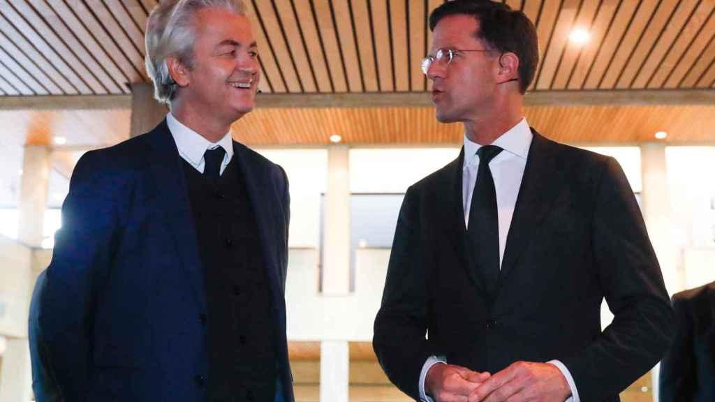 Wilders y Rutte a su llegada al debate electoral de este lunes.