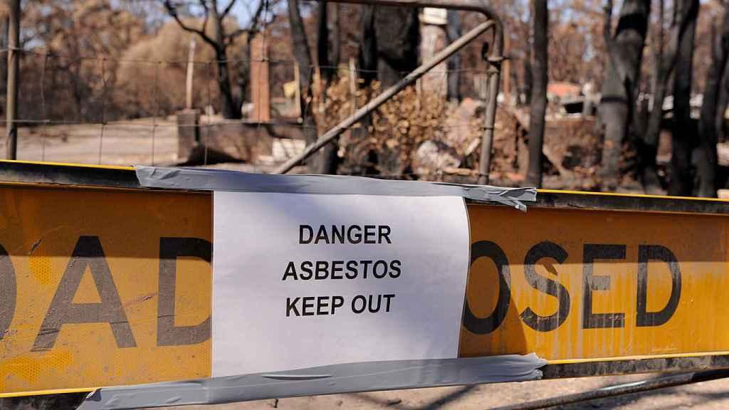 Un cartel advirtiendo de amianto en Wondong, Australia.