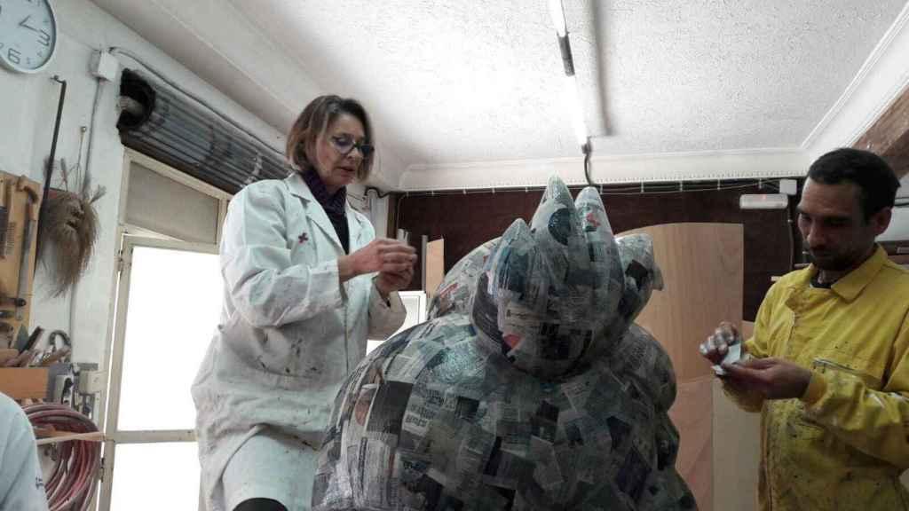 Paola Dominguín en el taller rematando su monumento fallero infantil.