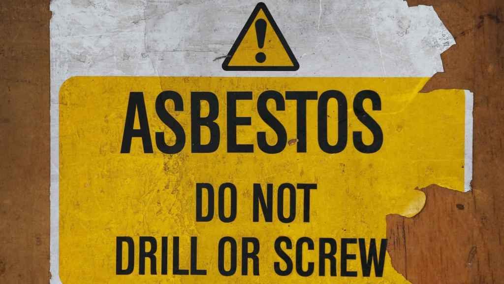 Un cartel advierte del riesgo de amianto.