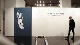 Un visitante en la exposición dedicada a Gloria Fuertes.