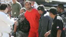 Varios agentes trasladan a Bruno Fernandes de Souza.