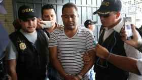 El exdirector del Hogar Seguro Virgen de la Asunción, Santos Torres (c), arrestado.