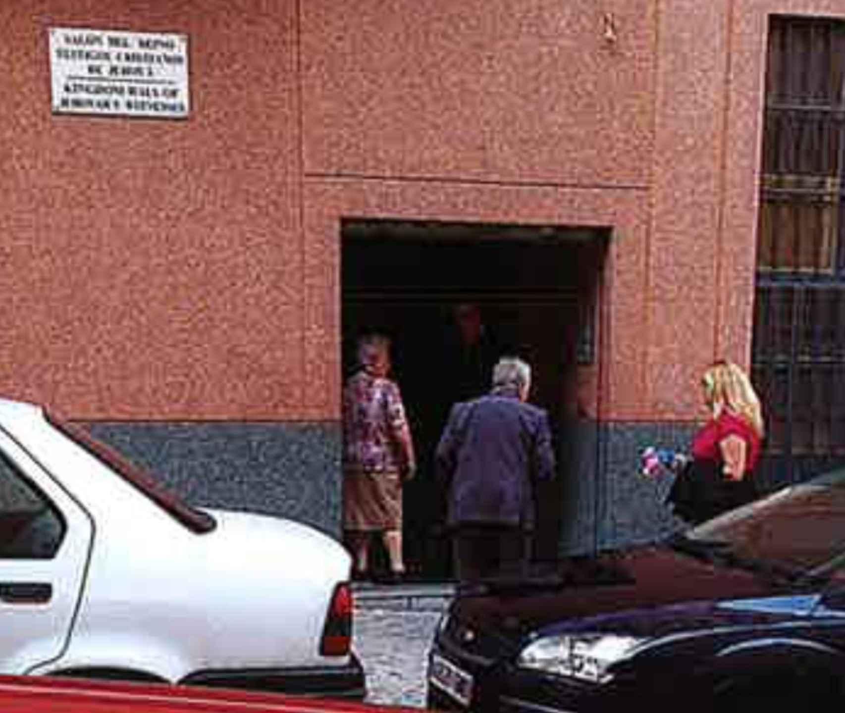 Una de las imágenes presentadas en el juicio en la que se ve cómo los abuelos paternos llevan al menor a una reunión de testigos de Jehová.