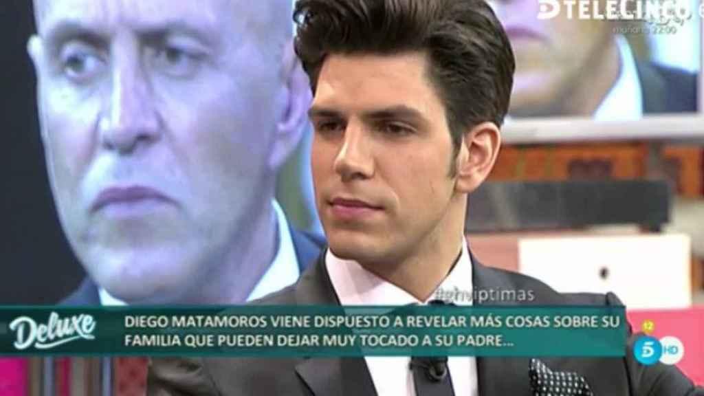 Diego Matamoros en el plató de Sálvame contra su padre.