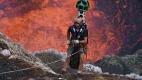 Uno de los exploradores desciende al cráter Maru.