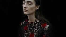 Uno de los modelos de la colección cápsula de La Bella y la Bestia según Chritopher Kane. | Foto: Jack Davison cortesía de la marca.