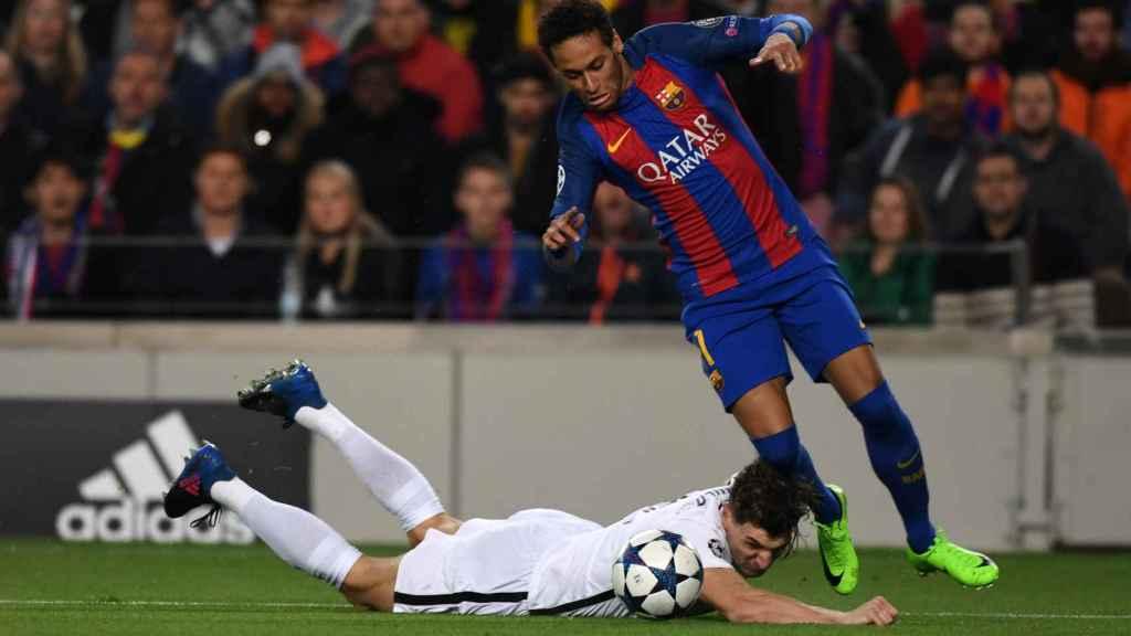 Neymar provoca el primer penalti contra el PSG el pasado día 7.
