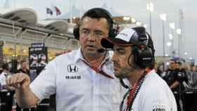 Eric Boullier charla con Fernando Alonso.