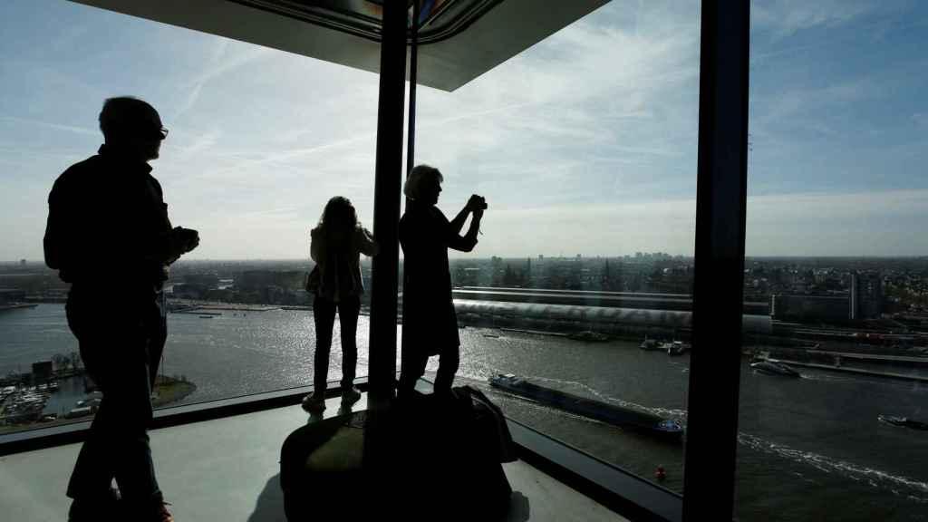 Votantes en lo alto de la torre ADAM de Ámsterdam