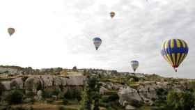 El pase en globo aerostático sobre el paisaje de Capadocia es una de las mayores atracciones del país