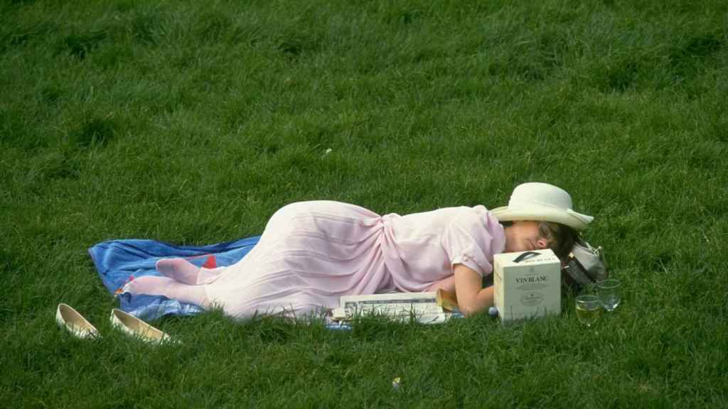 Una mujer echa la siesta en la hierba