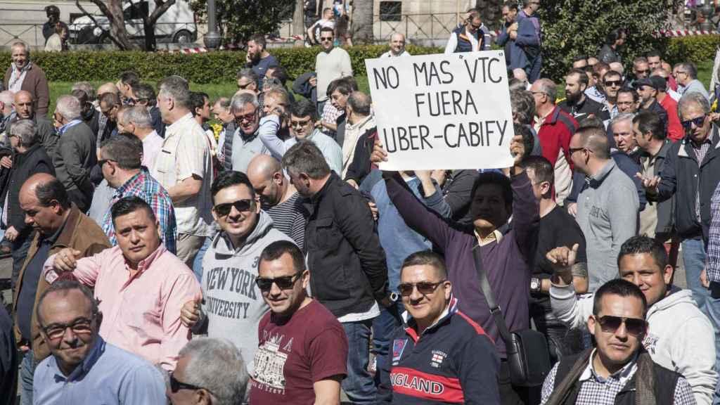 Miles de taxistas salieron a las calles de Madrid.