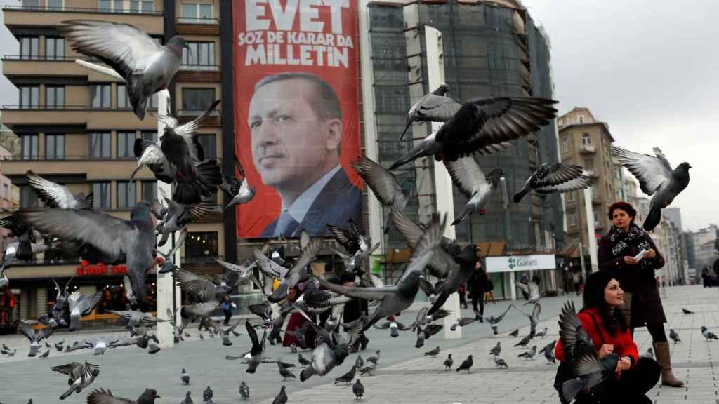 Un cartel de propaganda del referéndum de abril en la ciudad de Taksim.