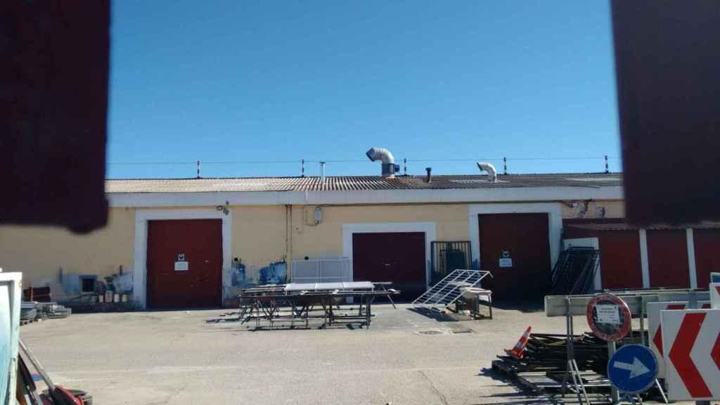 Los garajes del parque de servicios de Alcalá de Henares. En uno de ellos tuvo lugar la fiesta.