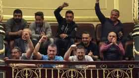 Un grupo de estibadores protestan en la tribuna del Congreso.