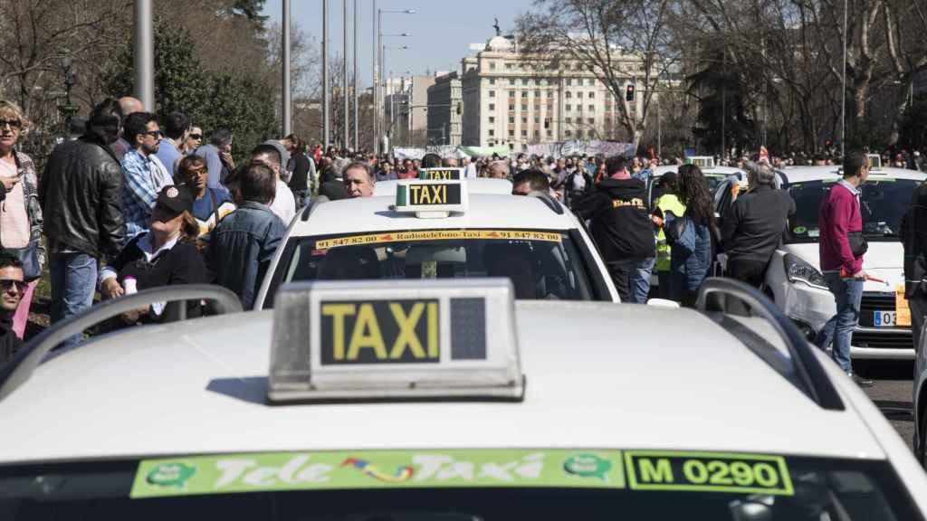 Los taxistas salieron a las calles de Madrid para exigir al Ayuntamiento que frene a Uber y Cabify