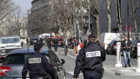 La Policía acordona la sede del FMI en París.
