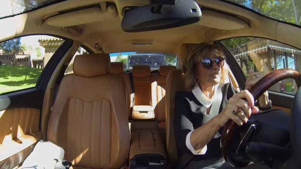 María Teresa campos conduciendo su Maserati.