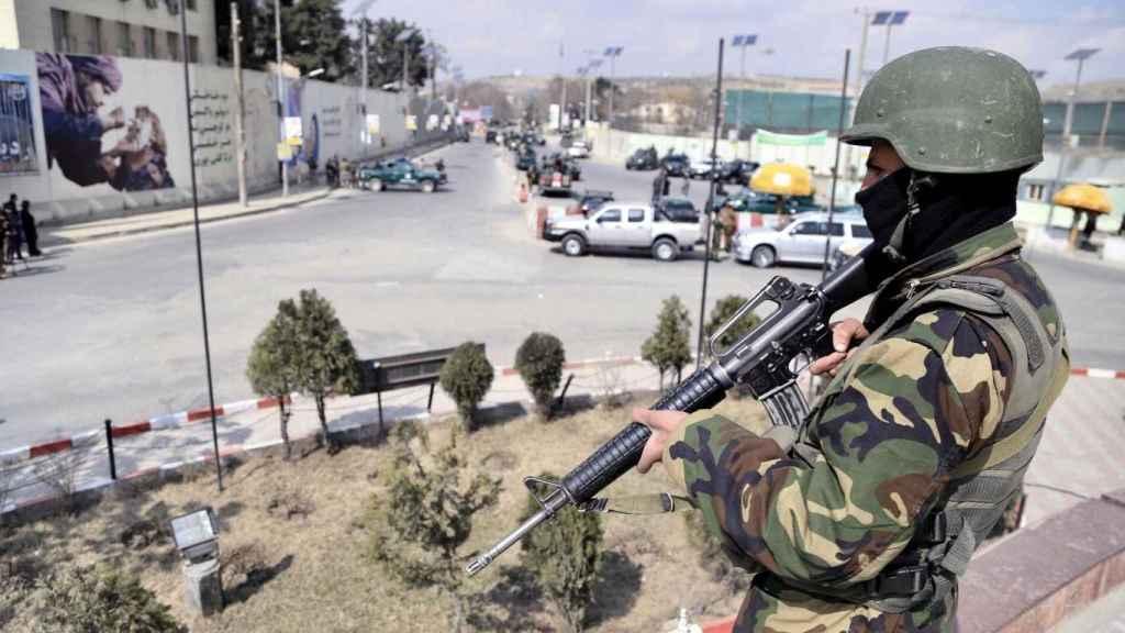 Un miembro de las Fuerzas de Seguridad de Afganistán vigila en las inmediaciones del hospital de Sardar Daud Khan, en Kabul.