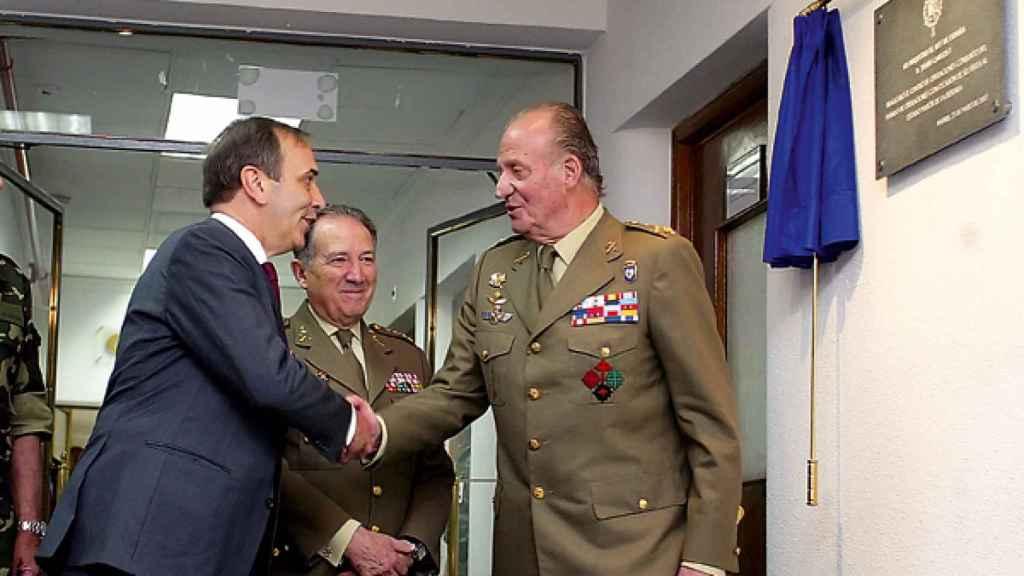 el rey Juan Carlos, durante una visita al CNI. Le saluda el que entonces era ministro de Defensa, José Antonio Alonso, ante el director de la casa.