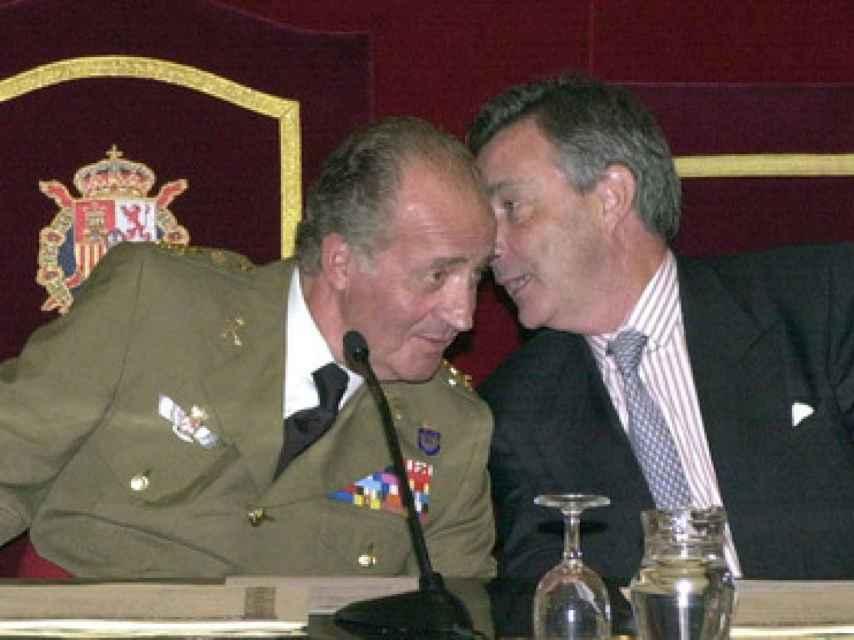 El rey Juan Carlos escuchando a Jorge Dezcállar cuando este era jefe del CNI.