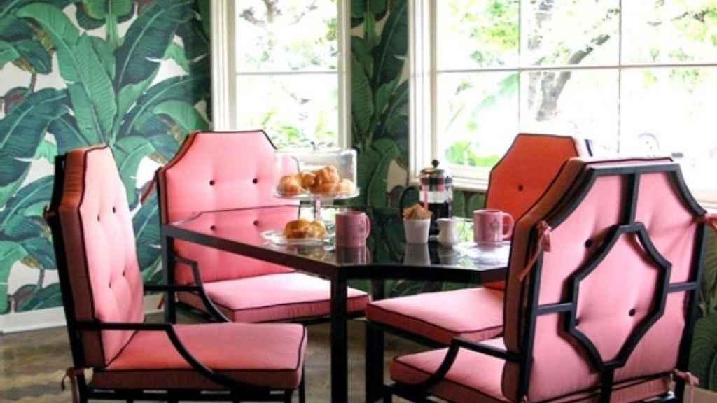 Un salón tropical que combina el rosa chicle con el verde.   Foto: Turquoise Chic.