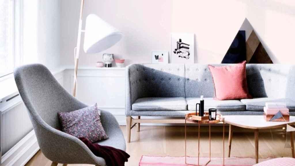 Luminosidad y frescura en un salón que combina blanco, gris y rosa.   Foto: Jelanie Shop.