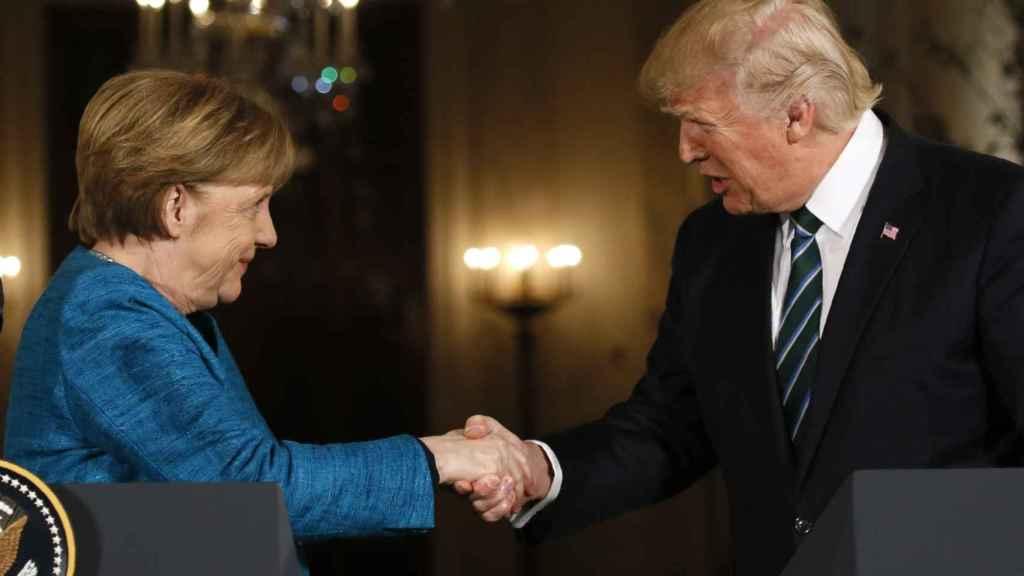 Merkel a Trump han cerrado su comparecencia con el apretón de manos que faltó en el Despacho Oval.
