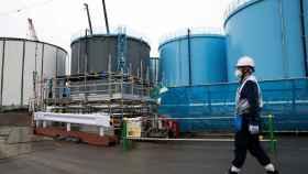 Un empleado de TEPCO en la planya de Fukushima