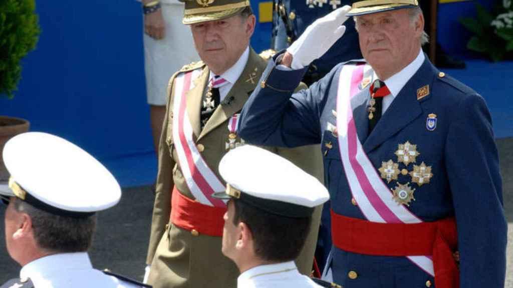 Félix San Roldán, al lado del rey emérito en un desfile.