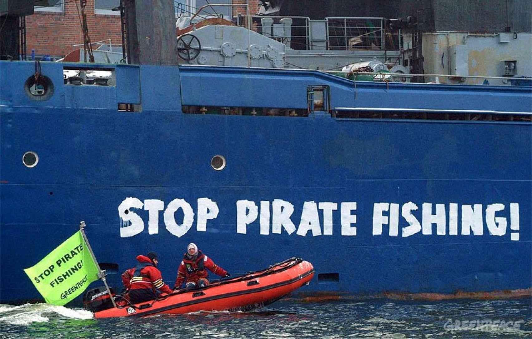 Acción de Greenpeace contra la pesca ilegal en aguas de la Antártida.